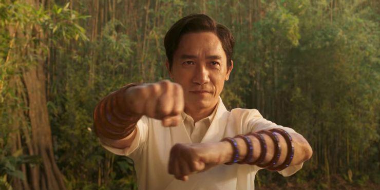 Shang Chi Tony Leung Mandarin Wenwu trainando com 10 aneis